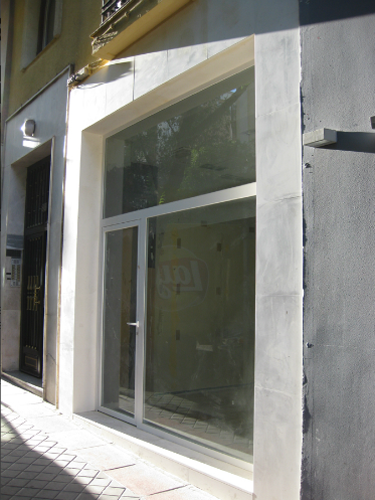 Vista lateral fachada comercial restaurada