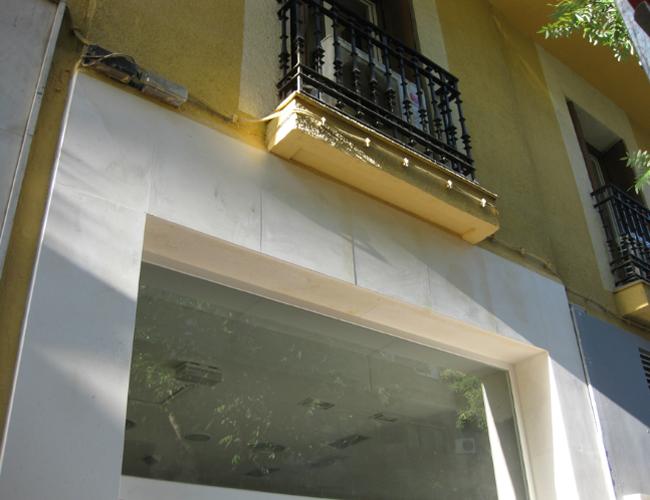 Detalle superior fachada comercial restaurada