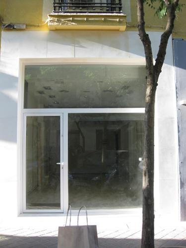 Vista frontal fachada comercial restaurada